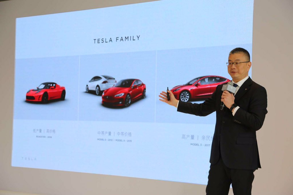 Robin Ren giving Tesla China customers a presentation on the Model 3
