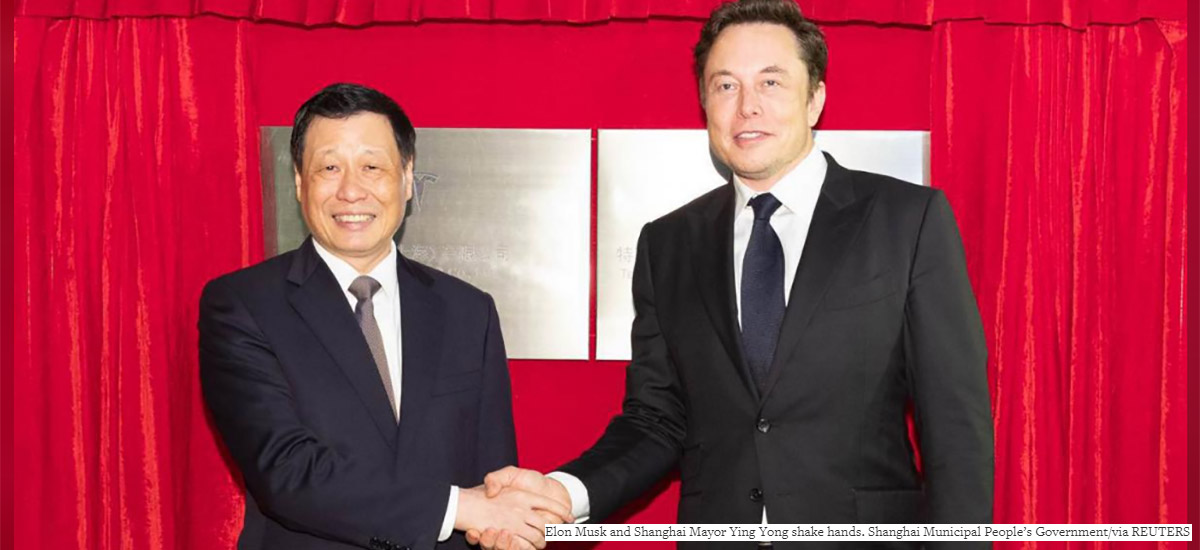 Elon Musk and Shanghair Mayor Ying Yong shake hands. Gigafactory China contract.