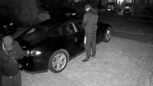 Tesla Model S being stolen in Essex, UK using the key fob relay attacks