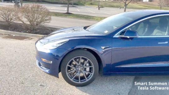 Watch Tesla Smart Summon feature demo on V10 software update.